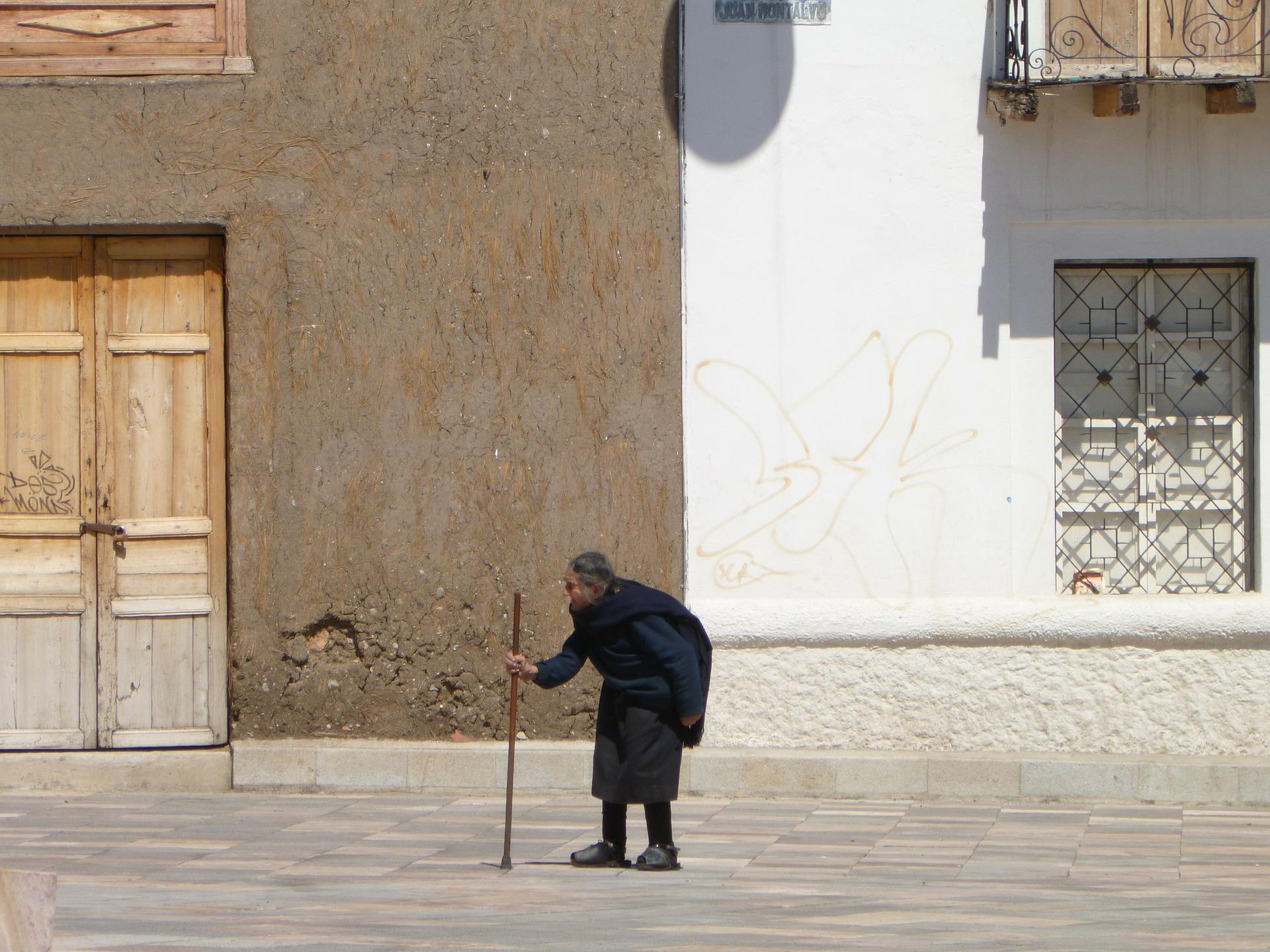 変形性膝関節症の予防歩行〜大股でカカトから歩くのは禁止〜